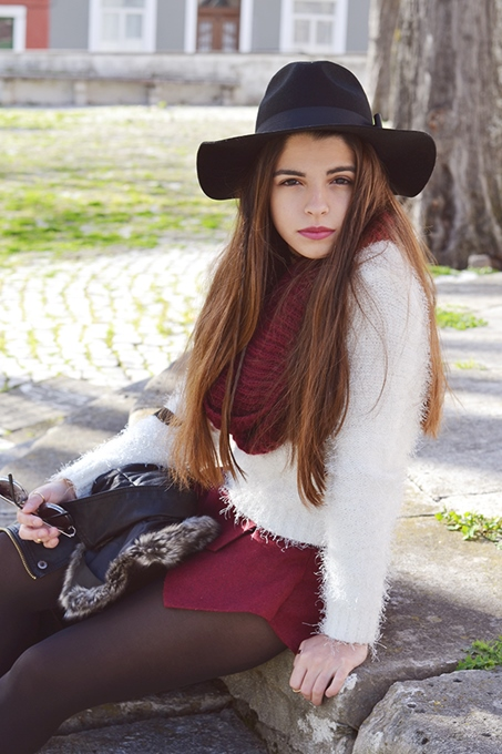 Fashion Outfits with White Sweater and Burgundy Shorts 2